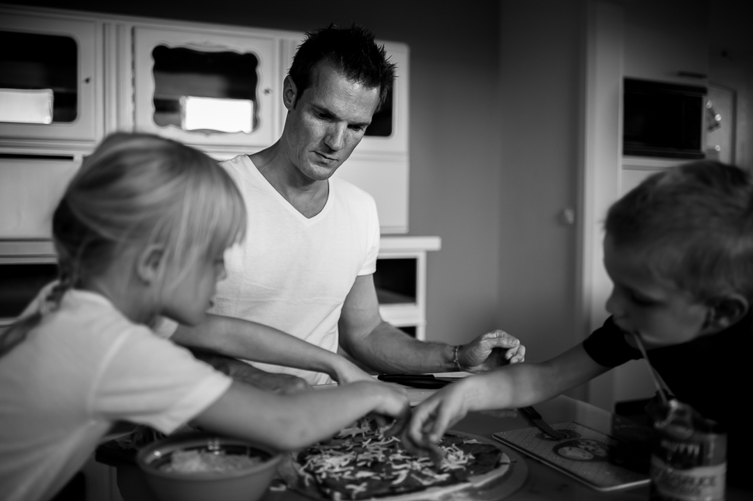 die ganze Familie backt Pizza