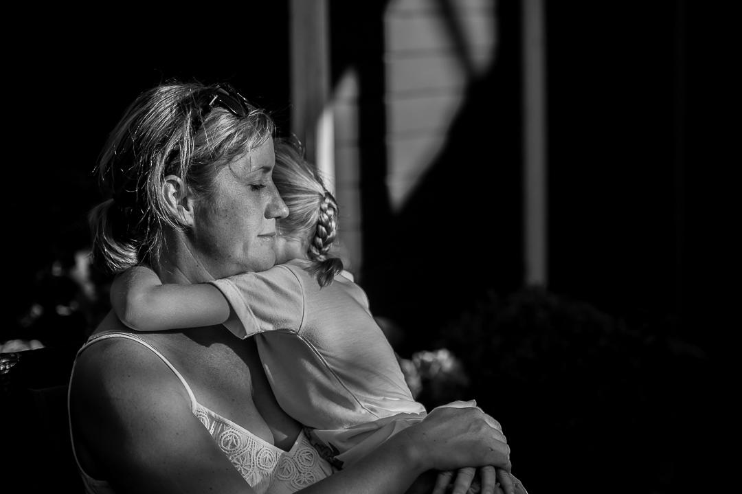Mutter tröstet kleines Mädchen