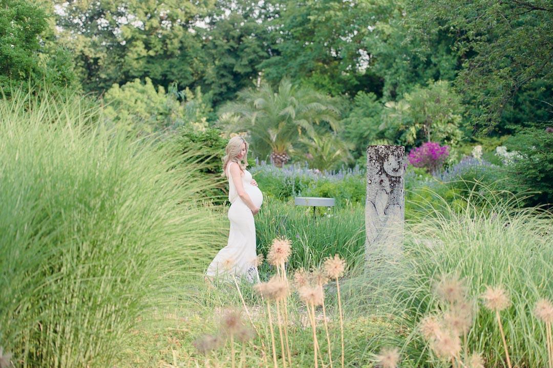 Schwangere im Botanischen Garten