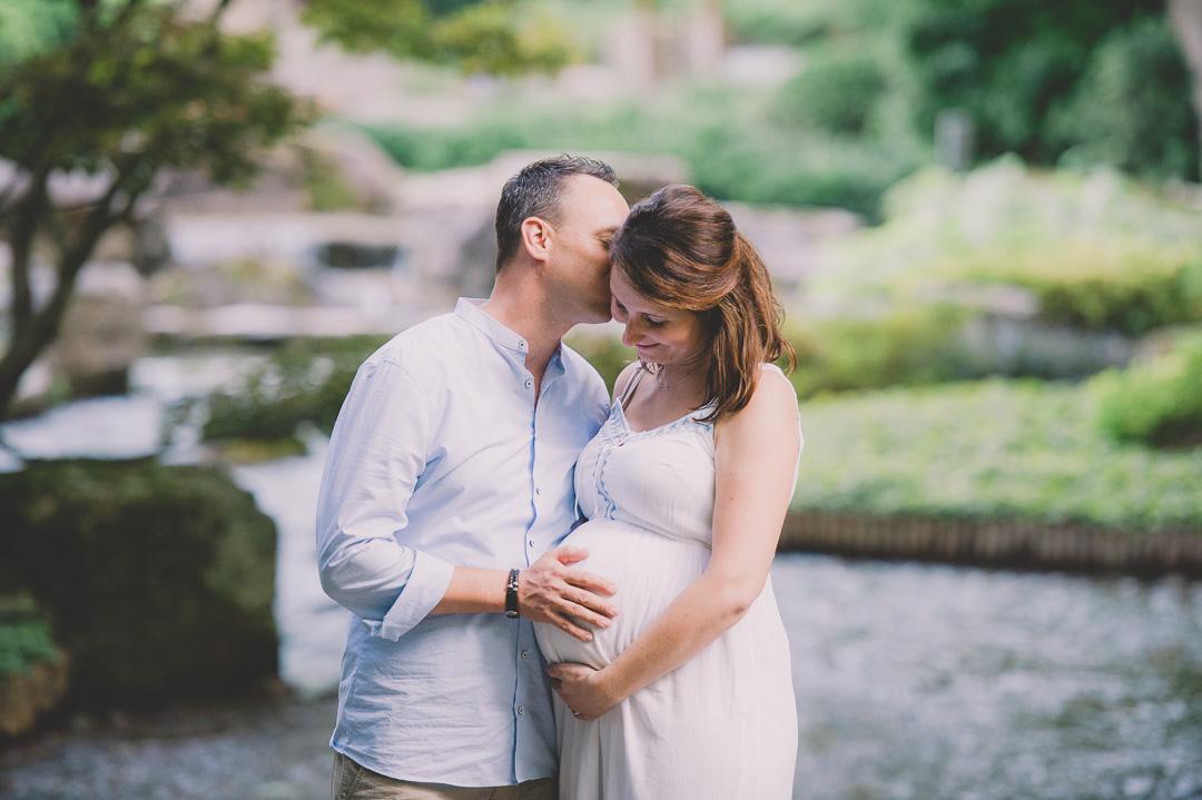 Schwangeres Ehepaar beim Fotoshooting