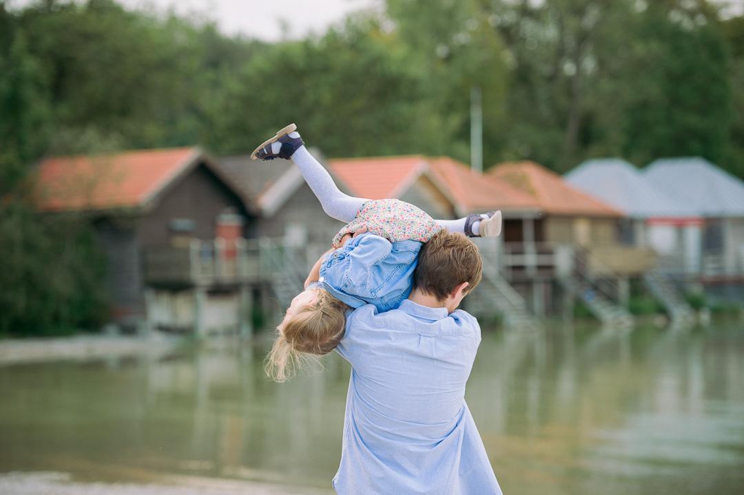 Vater und Tochter spielen am Ammersee