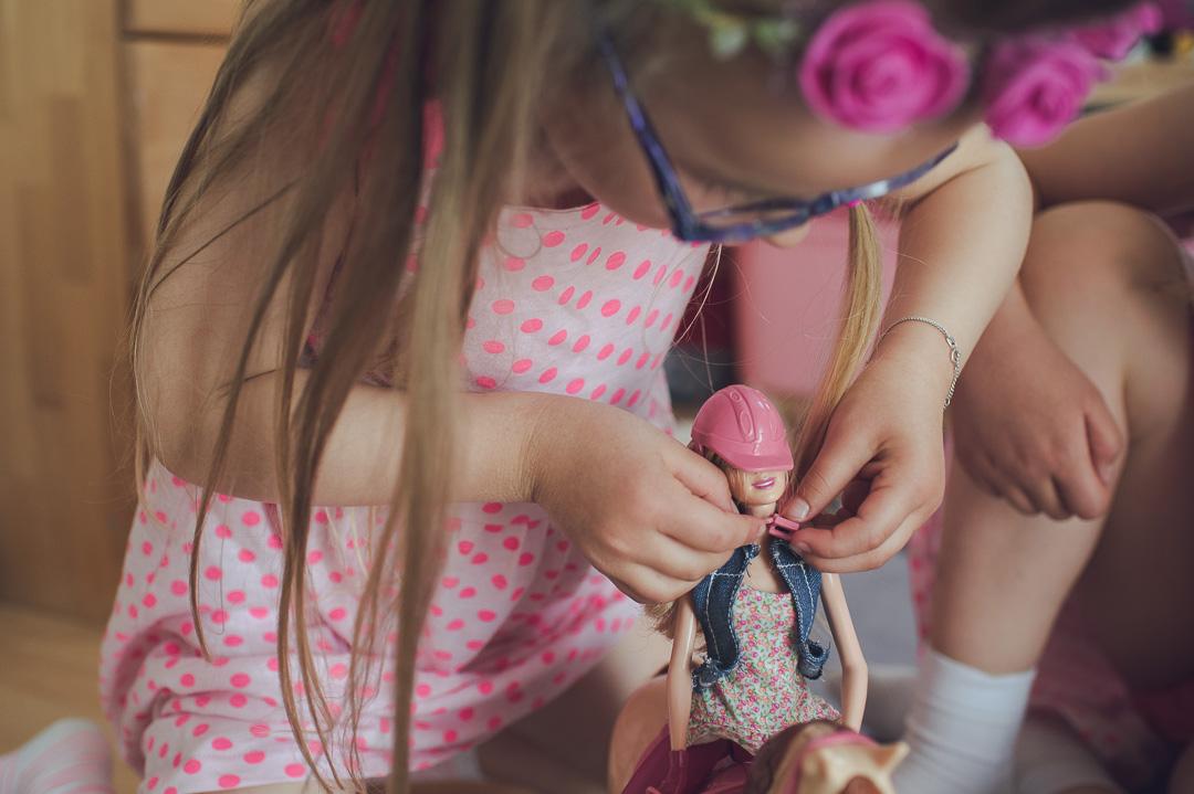 Kleines Mädchen spielt mit Reiterbarbie