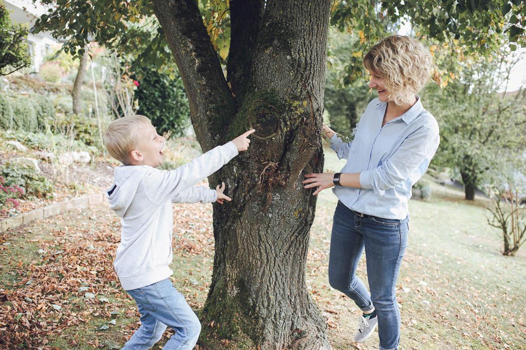 Mutter und Sohn spielen Verstecken