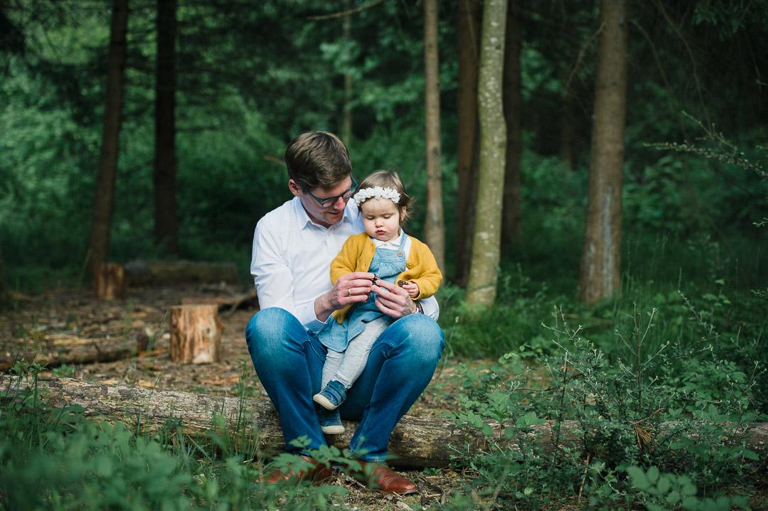 Vater mit Tochter im Waldkindergarten