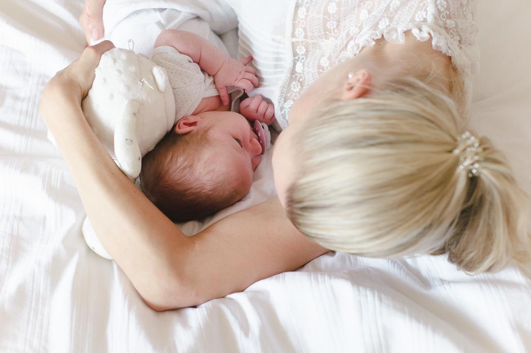 Mutter mit neugeborenem Mädchen